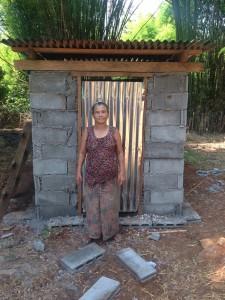 Frau Soun steht zu uns gewand vor ihre Toilette