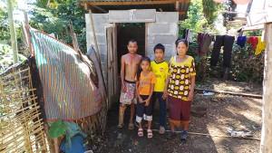 Familie Win vor ihrer Toilette