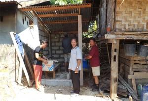 Zwischen 2 Häusern entsteht eine neue Toilette. Die Bauarbeiten sind im Gang.