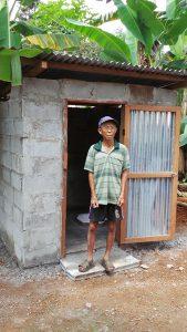 Po Pah steht zufrieden vor seiner geöffneten Toilette.