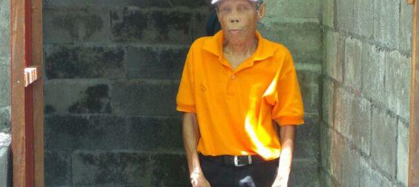 Der leprageschädigte und blinde Herr Po Puthon hat nun ein Toilette
