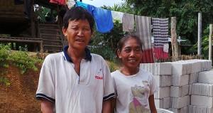 Herr und Frau UB stehen vor ihrer Wohnung ein neues Dach auch Wellblech ist gedeckt.
