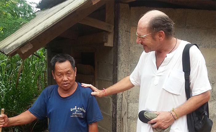 Herr Tong Lai steht mit Herrn Kastner vor seiner Toilette