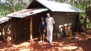 Herr Ö Vang steht mit Hubert Kastner vor seinem neuen Haus. Es ist in der Ecke seines Grundstücks. Ein kleiner Vorbau in der Längsachs bring zusätzlich Raum.