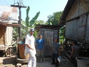 Herr Si Da, seine Frau, der Baumeister und Hubert Kastner treffen sich auf ihrem Grundstück.