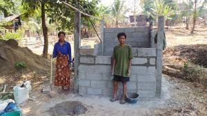 Herr und Frau Nuan stehen auf ihrer Baustelle