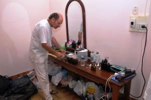Hubert Kastner steht in seinem Labor vor einem Tisch mit vielen Flaschen und Geräten.
