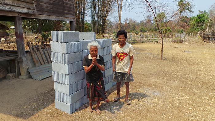 Herr Nod steht mit seiner Mutter vor einem Stapel grauer Steine.