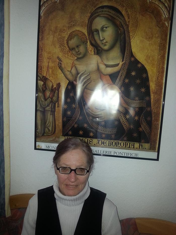 Dagmar Goodman sitzt unter einem Marienbild.