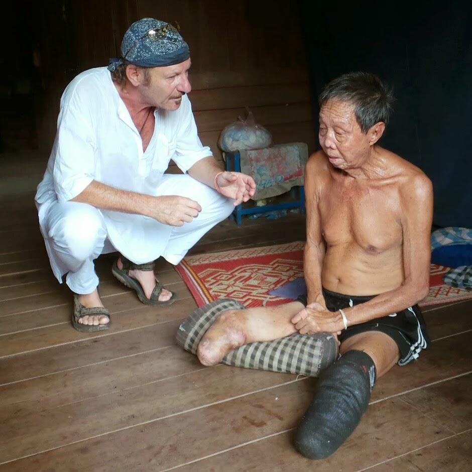 Hubert Kastner spricht mit einem leprakranken Menschen.