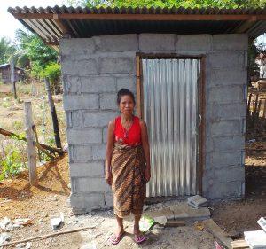 Me Tau Viang steht vor ihrer neuer Toilette