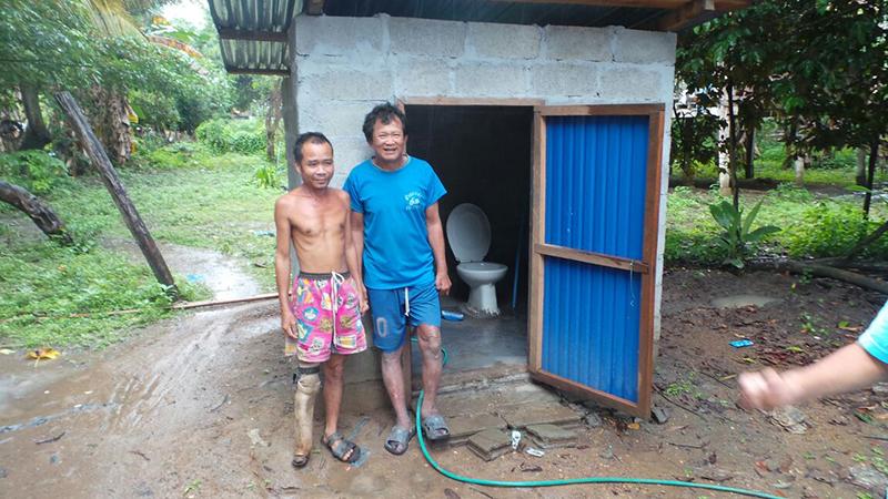 Herr Po Swant (blau gekleidet) und sein Freund