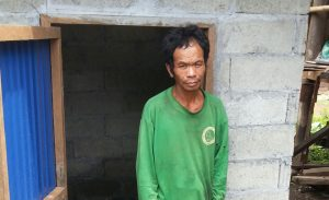 Po Deun steht vor seiner Toilette