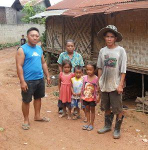 Der Baumeister steht links neben der Familie.
