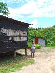 Frau Vanh bekommt in Ban Nam Sai thouang eine Toilette hinter ihrem Haus