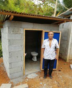 Herr Vong steht vor seiner neue Toilette
